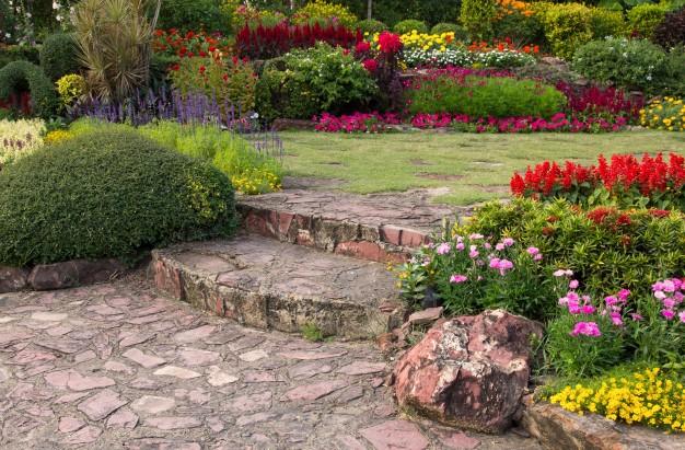 Obrzeża trawnikowe – jak oddzielić trawnik od rabaty?