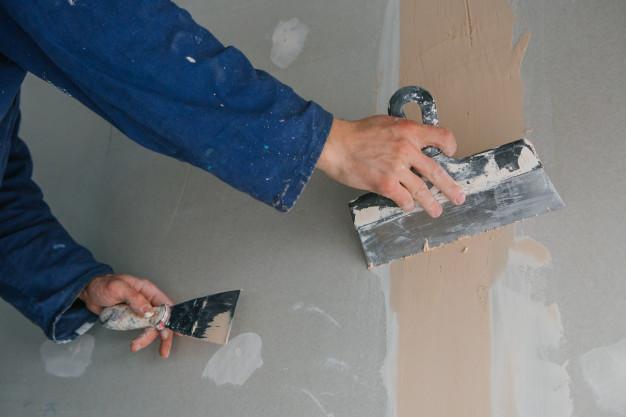 Jak położyć gładź gipsową krok po kroku? Poradnik wyrównania ścian