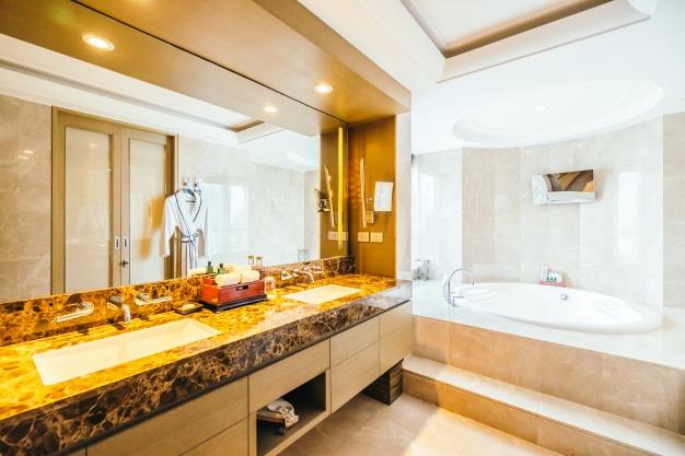 Jak układać płytki w łazience? Prosta instrukcja krok po kroku