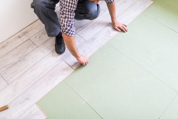 Układanie paneli podłogowych – jak prawidłowo je ułożyć? Krok po kroku