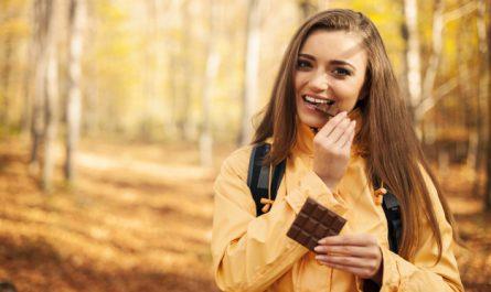 kobieta je czekolade