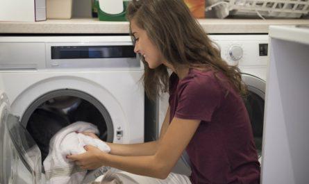kobieta robi pranie