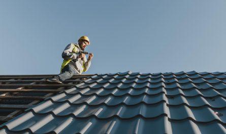 mezczyzna buduje dach dwuspadowy