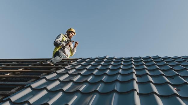 Koszt budowy dachu – jak wyliczyć koszt robocizny i materiałów?