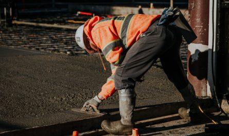 mezczyzna kladzie beton