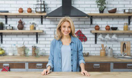 kobieta przy kuchennym blacie