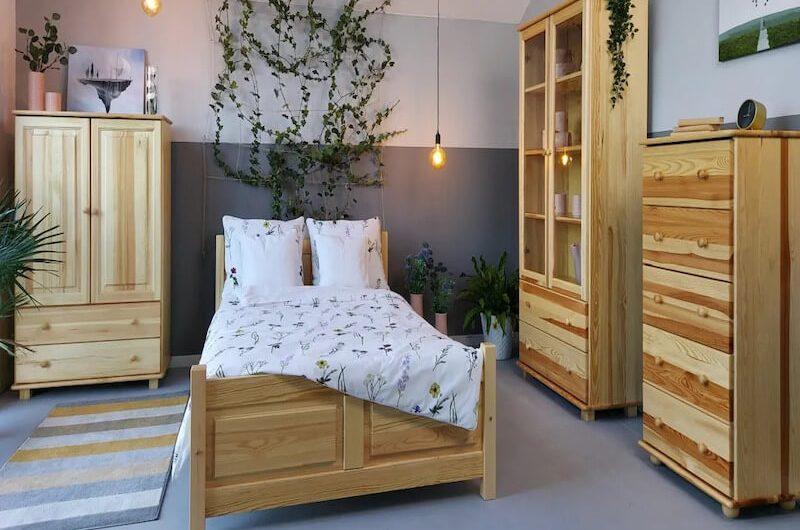 Drewniane łóżko na którym dobrze się śpi